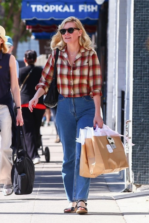 Studio City, CA  - *EXCLUSIVE*  - Kirsten Dunst goes shopping in Studio City ahead of the weekend. T