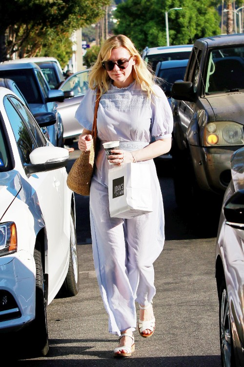 11/09/2019 EXCLUSIVE: Kirsten Dunst steps out for a coffee at Jones on Third in Los Angeles. The 37